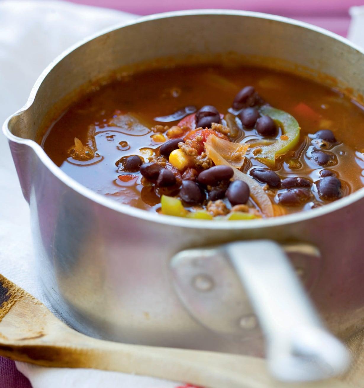 Keiton kruunaa nokare smetanaa. Jeeran sijaan voit maustaa keittoa kuminalla.