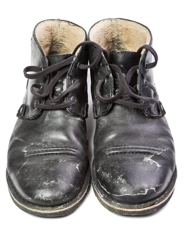 Kun katusuola imeytyy kosteuden mukana kenkiin, se jättää jälkeensä valkoiset rannut.