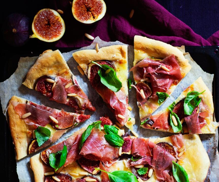Tämä pizza ei kaipaa tomaattikastiketta. Sen sijaan pohjalle ladotaan herkullista mozzarellaa ja tuoreita viikunoita.