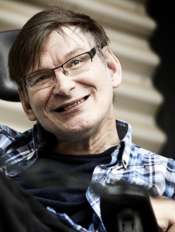 Pastori Sami Mustakallio, 59, asuu palvelutalossa Helsingissä. Hän on kiertänyt Suomea freelance-pappina siitä lähtien, kun hänen virkansa lakkautettiin tuotannollis-taloudellisista syistä.