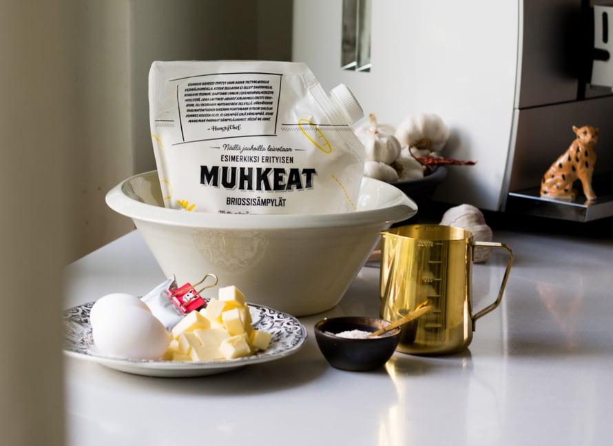 Sämpylöiden leipominen oli helppoa kun sopivimmat jauhot on valittu ja pakattu korkilliseen kaatopussukkaan. Nyt ei tarvitse arpoa jauhohyllyllä, millä karkeudella ja jauholajikkeella onnistuu: jos pidät eteläeurooppalaisista vaaleista sämpylöistä, nappaa kainaloon Hungry Chefin sämpyläjauhot. Näillä saat loihdittua kotona niin brasserie-ravintoloista tutut pikkusämpylät, kuin mehevän syntisen briossitaikinan, josta syntyy parhaat hodari- ja hampurilaissämpylät.