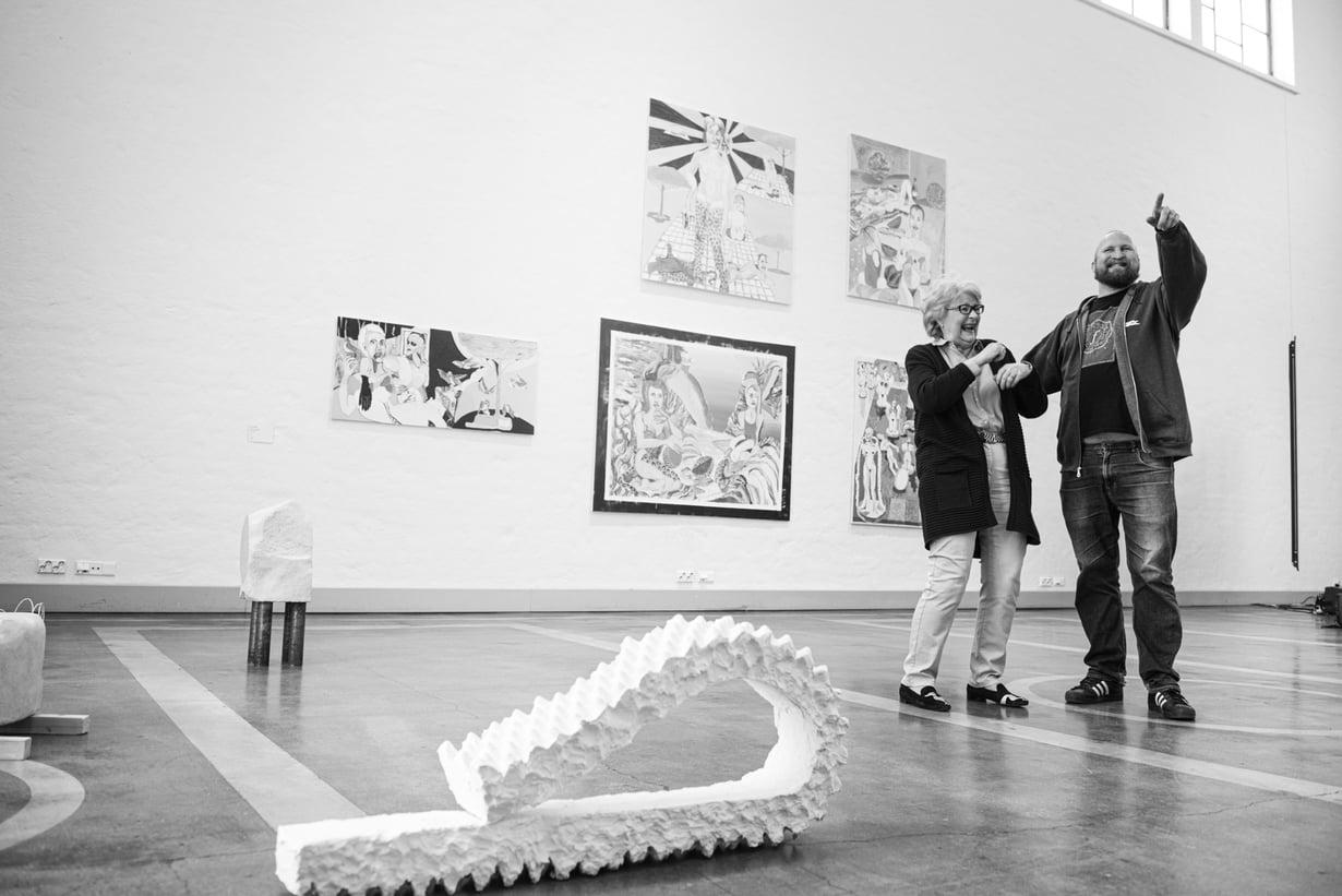 """Marjut Miettinen vei poikaansa Karria taidenäyttelyihin jo, kun tämä oli pieni. """"Nyt äiti antaa taidekasvatusta lapsenlapsilleen"""", Karri sanoo."""