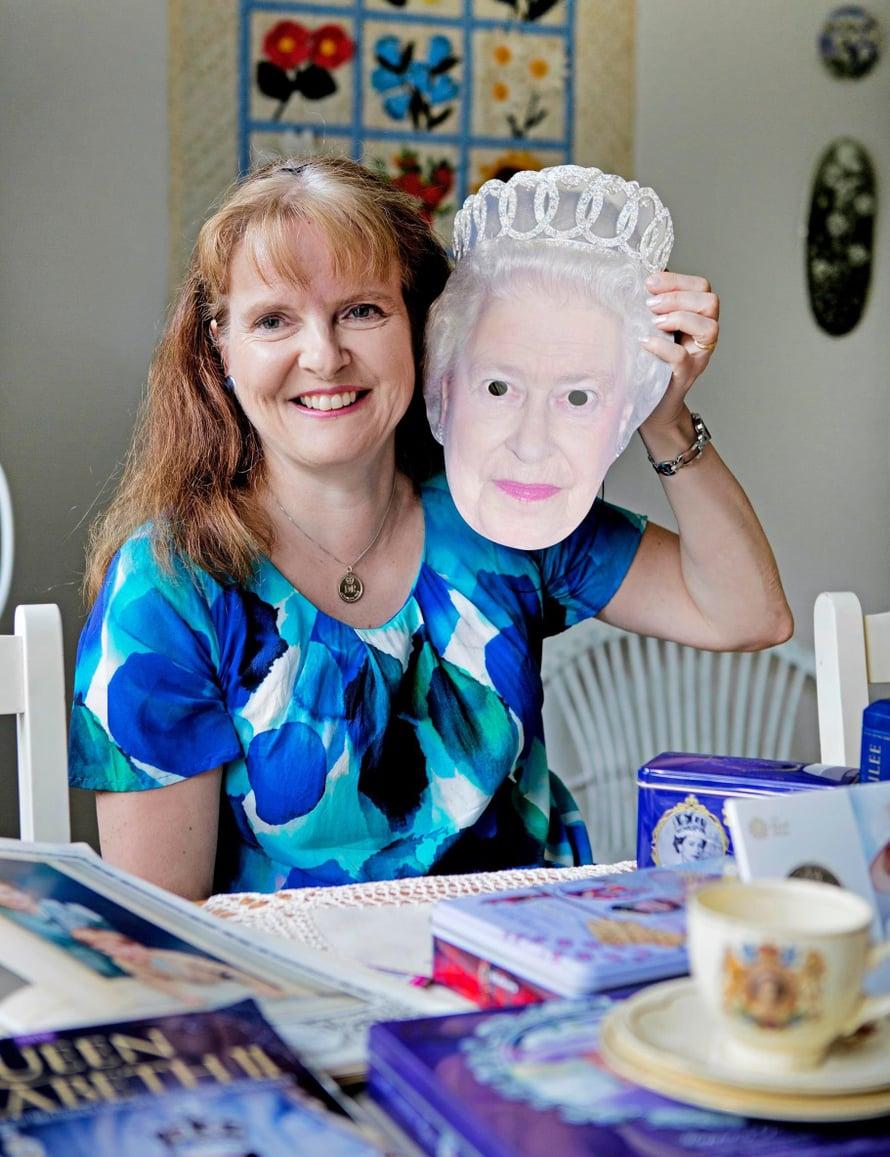 Kun Victoria ja Daniel menivät naimisiin, Ulla pukeutui juhlavaatteisiin, hankki prinsessakakun ja nosti Ruotsin lipun pystyyn pöydälle. Ihanin kaikista on kuitenkin kuningatar Elisabet.