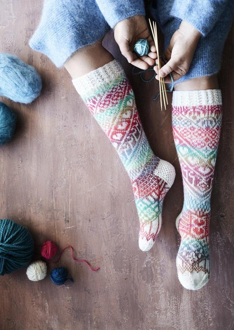 23 Värikkäät sukat