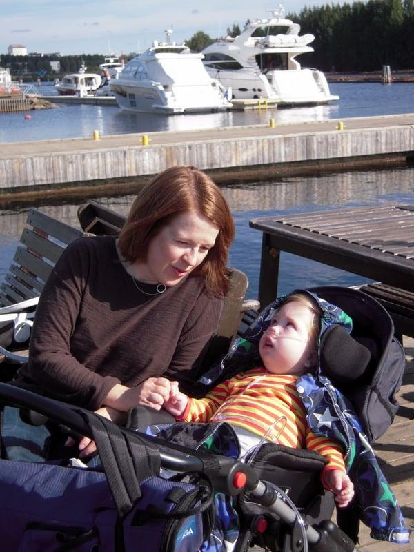 """""""Olavin viimeiseksi jäänyt kesä oli hyvä. Tässä olemme  7.9.2013 Joensuun Hasanniemessä, Jokiasemalla. Olavi oli vaikeasti vammainen, mutta se ei ole ensimmäinen asia, jonka haluaisin pojastani kertoa. Hän oli oma ainutlaatuinen persoonallisuutensa. Hänellä oli valtava elämännälkä."""""""