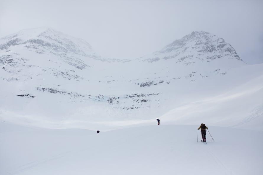 """16.4.2017 TAMOKDALEN, POHJOIS-NORJA. """"Kuluneen vuoden aikana päädyin kokeilemaan monia uusia asioita, kuten vapaalaskua, josta pidin kovasti. Kuvassa etsimme Pohjois-Norjassa tarpeeksi loivia rinteitä, joihin aloittelijoina uskaltaisimme mennä."""""""