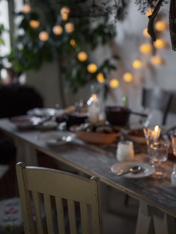 Buljonki on juhlava tapa aloittaa illallinen. Mutta yhtälailla tämä kuninkaitten keitto sopii nautittavaksi isosta mukista, vilttiin kääriytyneenä. Kuva: Kreetta Järvenpää.