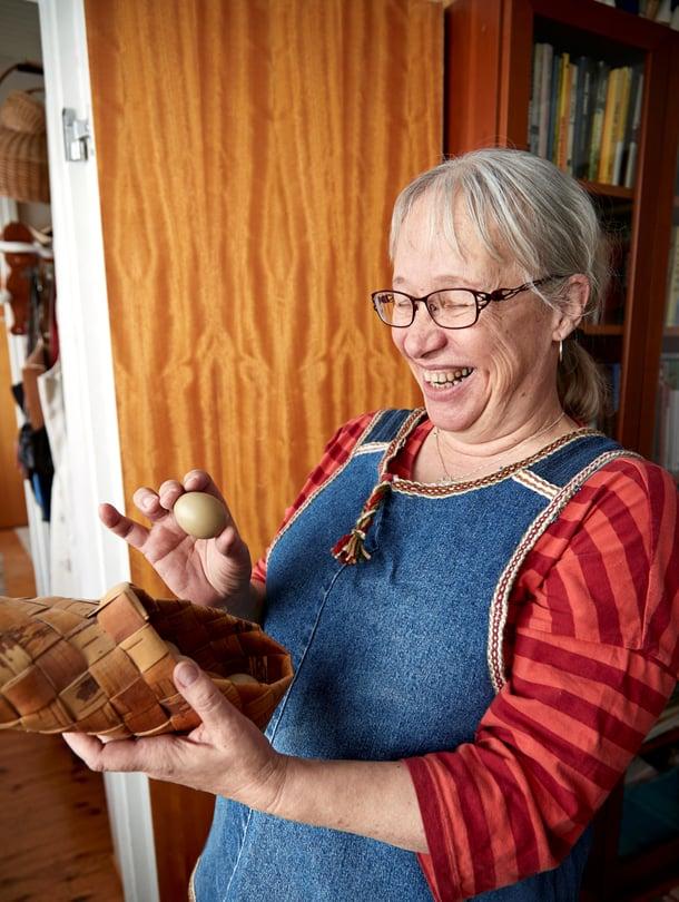 Helena Kaartinen ajattelee, että toimivaa ja ehjää tavaraa ei heitetä pois. Tyhjät riekonmunat ovat selvinneet muutosta toiseen tuohivirsussa.