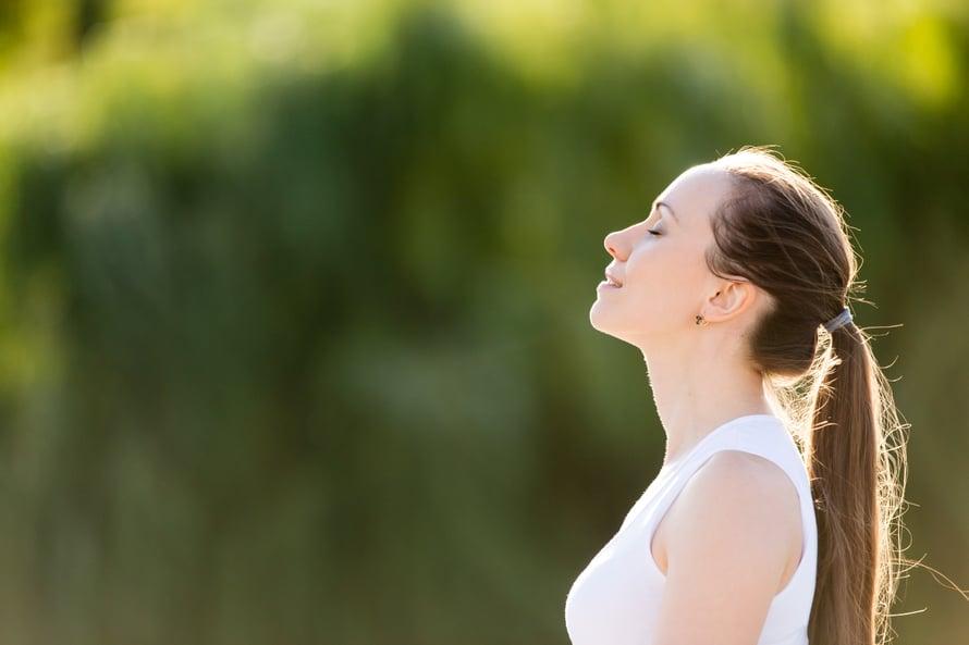 Nenän kautta hengittäminen helpottaa sydämen ja keuhkojen työtä.