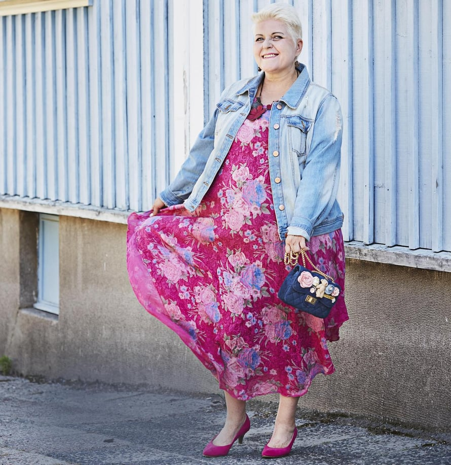 """""""Ihastuin pitkän mekon väreihin ja kukkiin jo nähdessäni, kun laatikoita purettiin vaateliikkeessä. Myös laukussa on ihania yksityiskohtia. Farkkutakkia käytän paljon, koska sen voi yhdistää niin moneen vaatteeseen."""""""