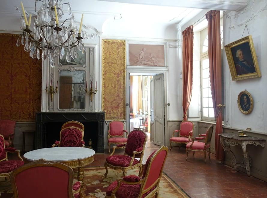 Kaunein huone linnassa taitaa olla punainen sali, johon 1700-luvulla elänyt linnanrouva teetti kaksi kaunista kalustoa. Toisen tekivät käsityömestarit Pariisissa ja toisen lähialueen puusepät.
