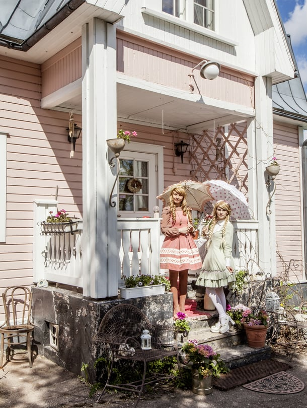 Tervetuloa taiteilijan taloon, toivottavat Milla Koivunen ja hänen ystävänsä Saija Seppälä. Lolita-mekkoon pukeutuminen on Saijan harrastus, jota Millakin halusi kokeilla.