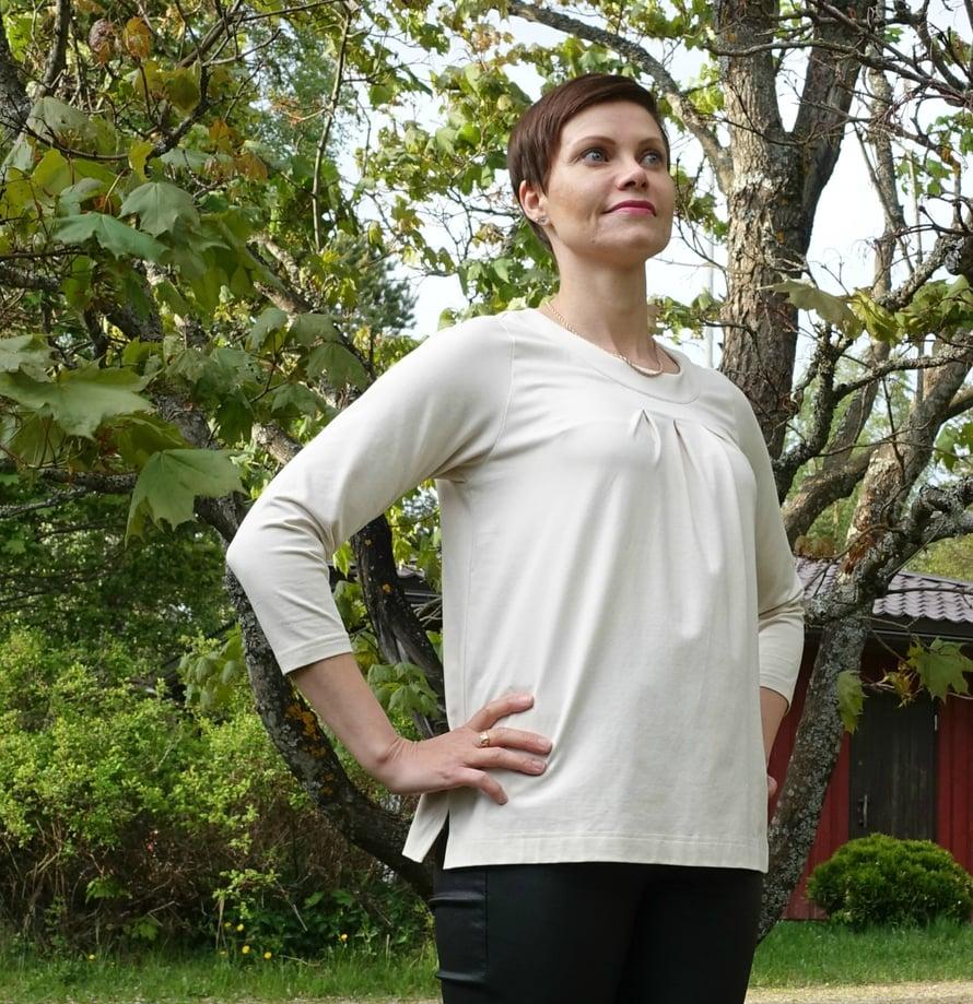 Noshin uusi, valkoinen paita maksoi 42,90€ ja sitä tuli käytettyä vain 5 kertaa. Uusi, siniraitainen Nosh-mekko maksoi 58,90€ ja käytin sitä 8 kertaa.