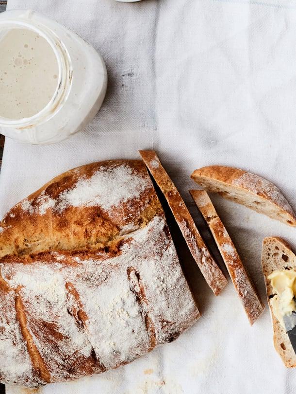 Kypsä leipä on kauniin ruskea myös pohjasta. Pohjaan koputtelu tuottaa kumean äänen.