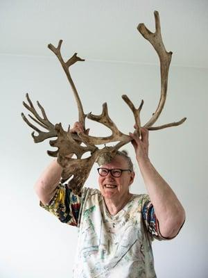 """Anja Petäjäniemi, 82, muuttaa mummonmökistään kerrostaloon eikä suostu harmittelemaan yhtään. """"Poronsarvet pakkaan muistoksi mukaan, mutta muistan elämäni seikkailut muutenkin. Niitä on paljon."""""""