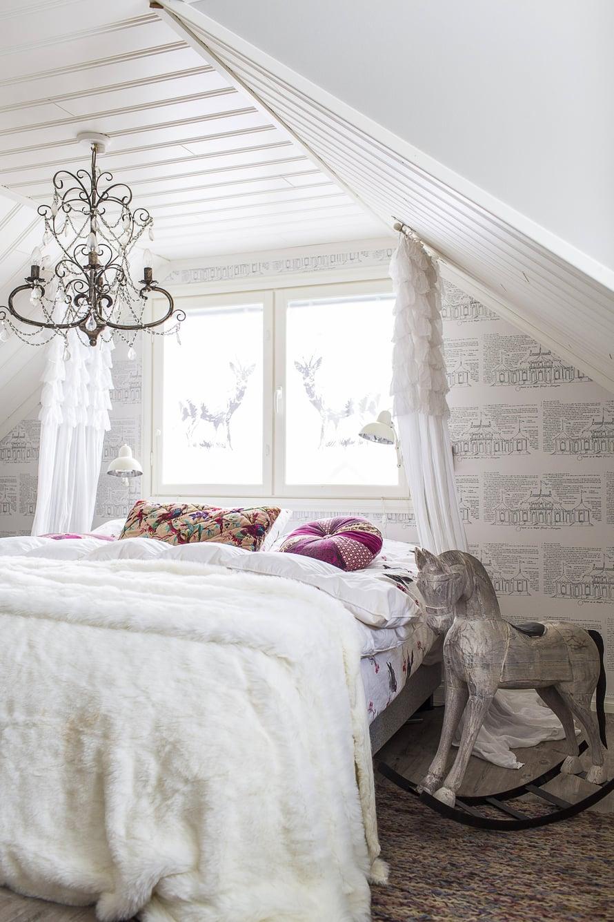 Pietiläiset saavat unen päästä kiinni valoisissa tunnelmissa. Huurrekalvosta teetetyt kauristarrat korvaavat makuuhuoneen verhot.