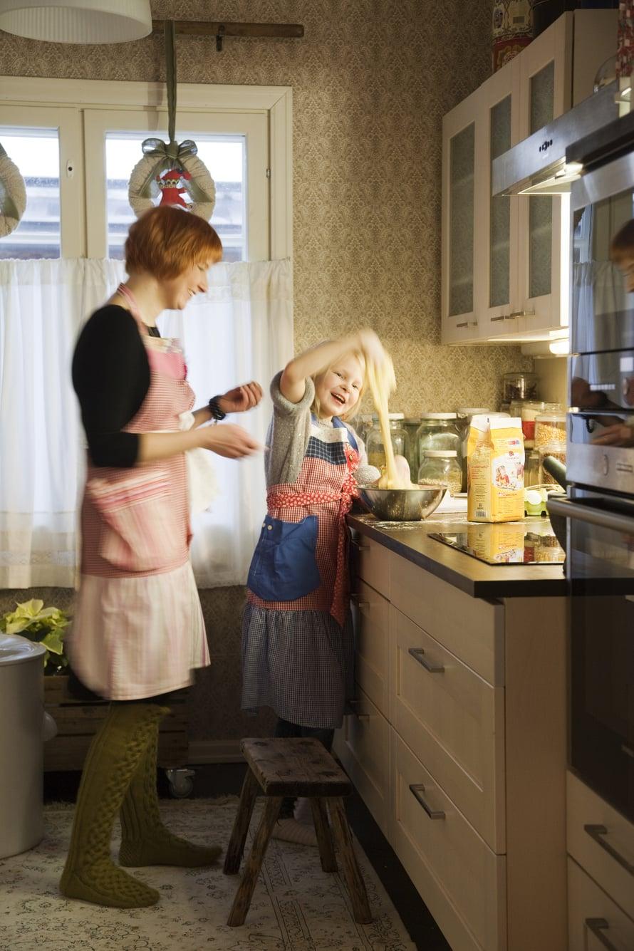 Katja auttaa perheen innokkainta leipuria Veeraa. Joskus tytön leipomuksiin sujahtaa jokin oma, salainen ainesosa.