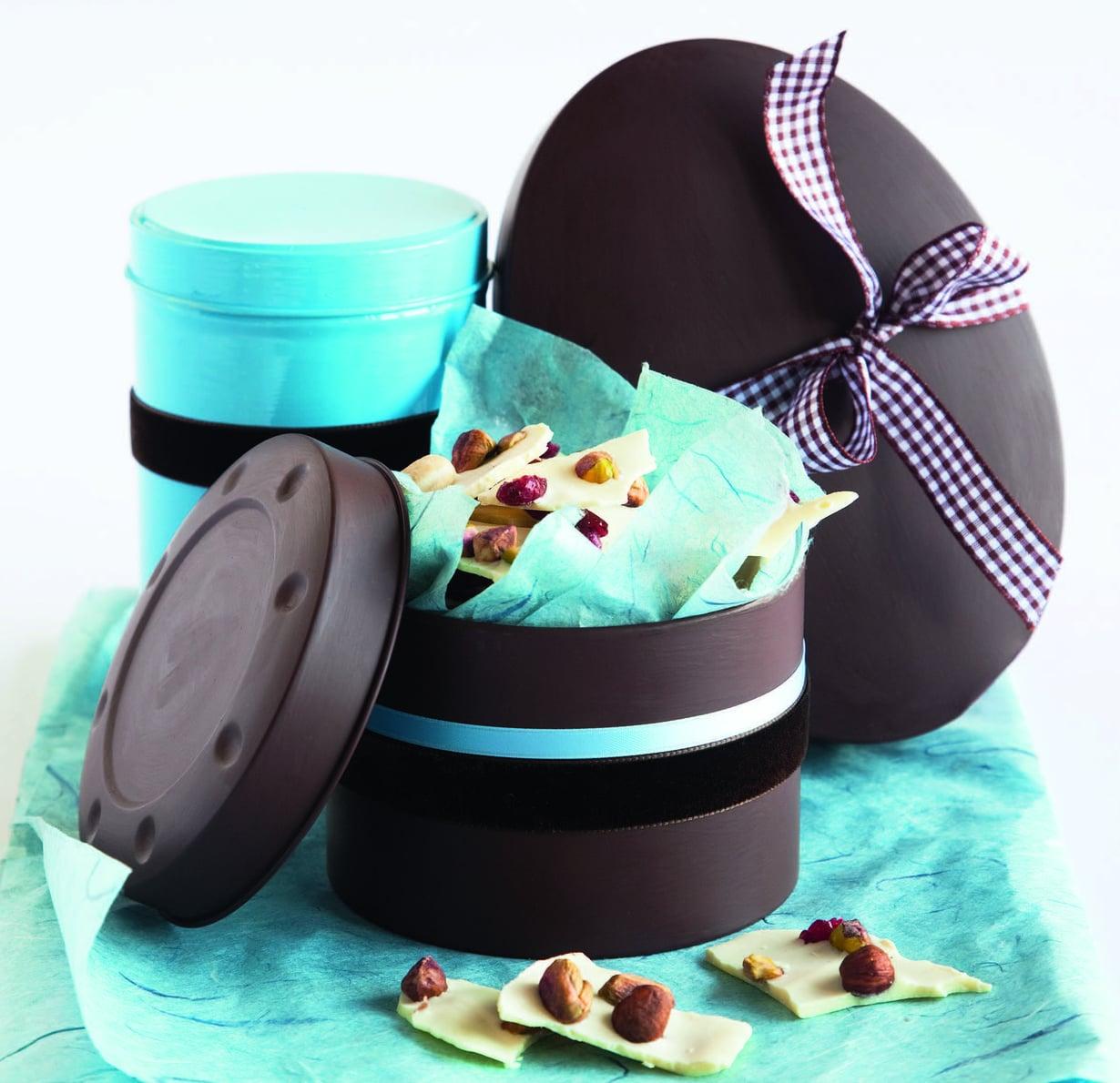 Pakkaa suklaaherkut vanhoihin maalattuihin peltirasioihin ja koristele ne nauhoilla.
