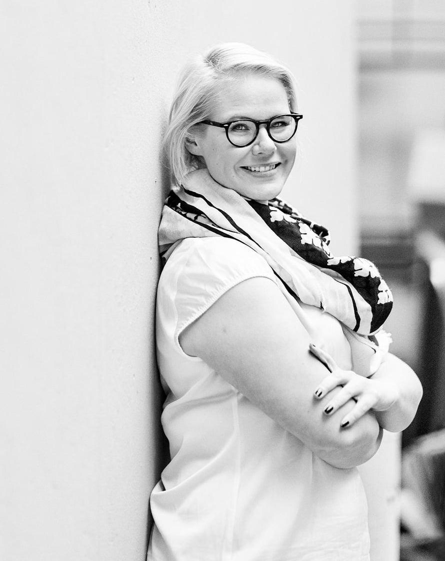 Leena Tanskanen on 37-vuotias toimittaja, joka asuu Oulussa avopuolisonsa ja 5-vuotiaan tyttärensä kanssa. Leena erosi pitkästä liitosta viime talvena. Hän harrastaa lapsen potkulaudan vieressä juoksemista ja hänellä on tavoite: vähemmän varovaro- ja äläälä-huutoja.