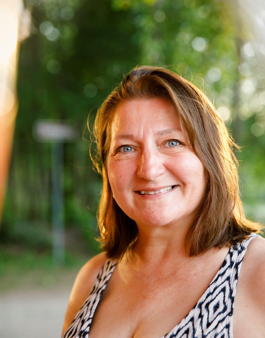 52-vuotias Kristiina on naimisissa ja asuu Tampereella kymmenen kilometrin päässä puolisostaan. Parilla on 10-vuotias tytär. Kristiina on työskennellyt mielenterveys- ja päihdealalla. Juuri nyt hän on työttömänä ja miettii, mitä tahtoo tulevaisuudessa tehdä.