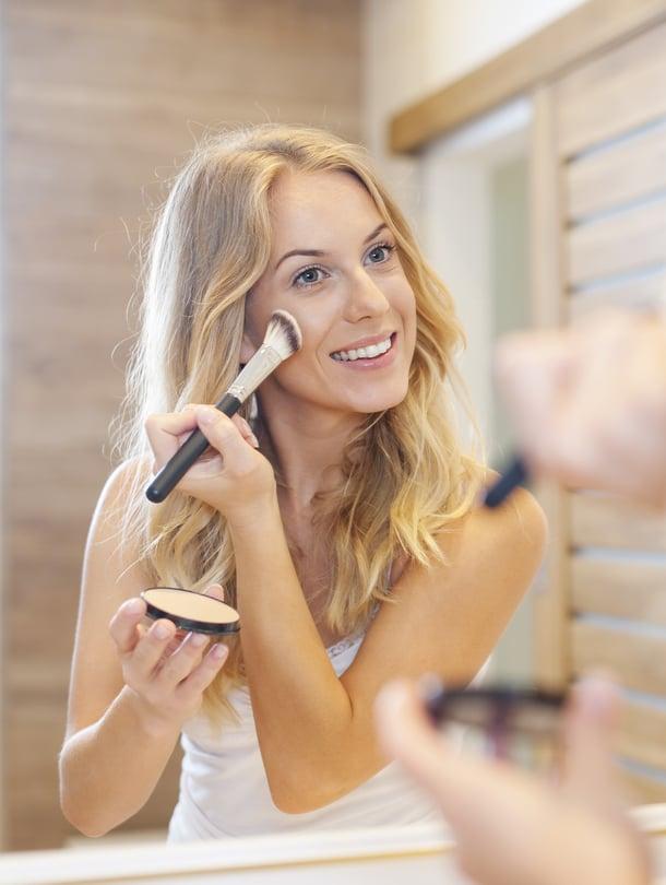 Vaikka meikkituotteesi olisivat mainiot ja välineetkin kunnossa, muista ottaa huomioon myös valaistus, jotta meikistä tulee onnistunut.