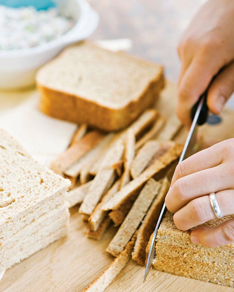 Jaa leipäviipaleet pinoiksi ja leikkaa kuoret pois ohuelti.