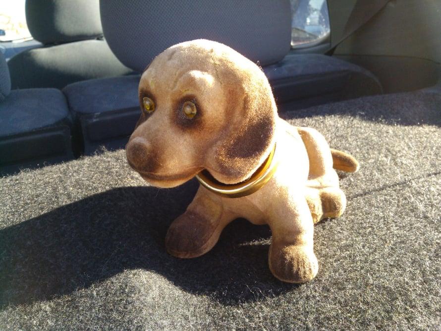 Ostin tämän jo kuluneen, päätään heiluttavan koiran kirppikseltä. Se istuu autoni hattuhyllyllä ja katsoo nyökytellen takana ajavia autoilijoita. – Marjut Piili-Laitila
