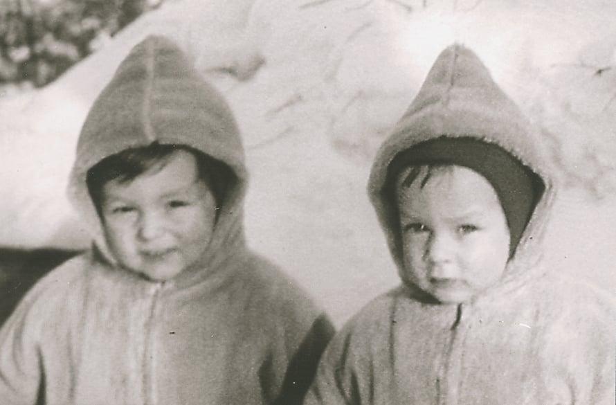 Kaksosveljekset Atik ja Adil Helsingin Haagassa vuonna 1960.