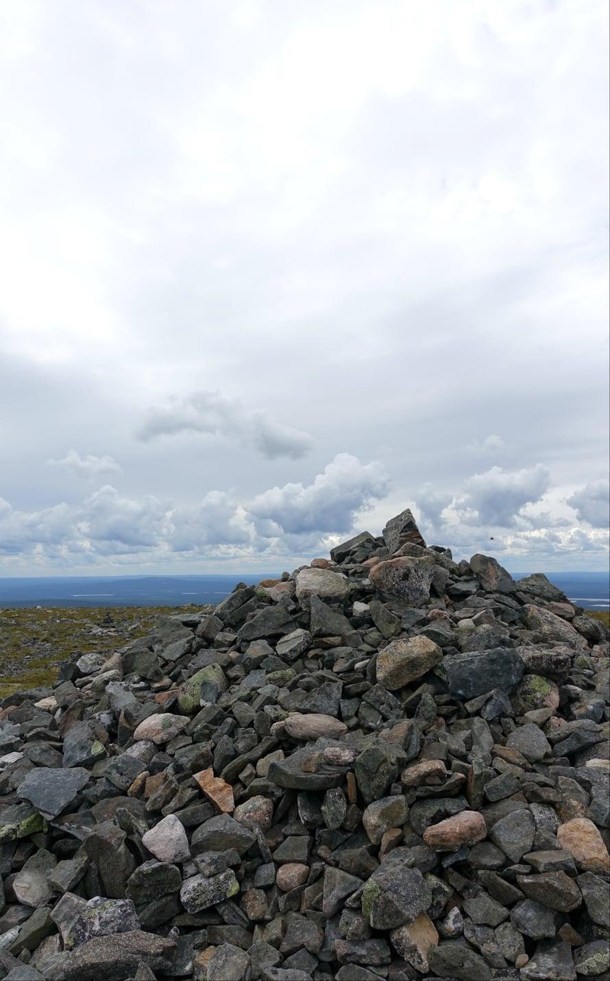 Palkaskeron huipulle kulkijat ovat kasanneet kiviä keoksi, vaikka kansallispuiston luontoon ei saisi jättää jälkiä.