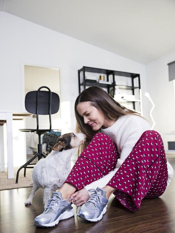 """Perheen koira Sissi kunnioittaa muotia eikä ole koskaan syönyt yksiäkään tossuja. """"Nike Huarache Runoit ovat tämän hetken suosikkini. Mallin tunnistaa muoviremmeistä, jotka kulkevat kantapään yli. Sneakereiden kanssa sopivat hyvin rennot pyjamahousut, nämä ovat Yasin."""""""