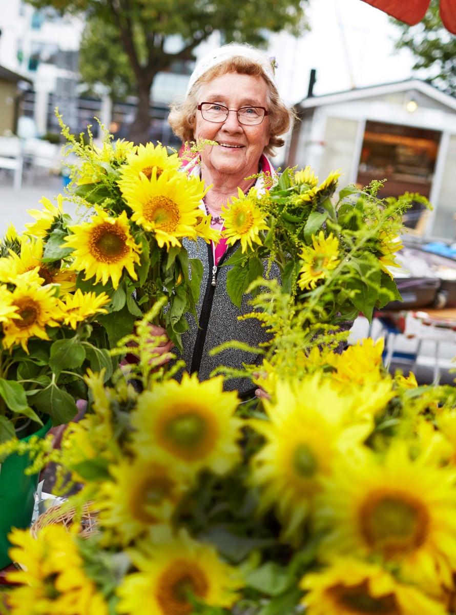 """""""Olen onnellinen, koska sain tänäkin aamuna tulla töihin. Työ auttaa kaikkeen, suruihinkin"""",sanoo torimyyjä Anja Penttilä, 81, Lappeenrannasta."""