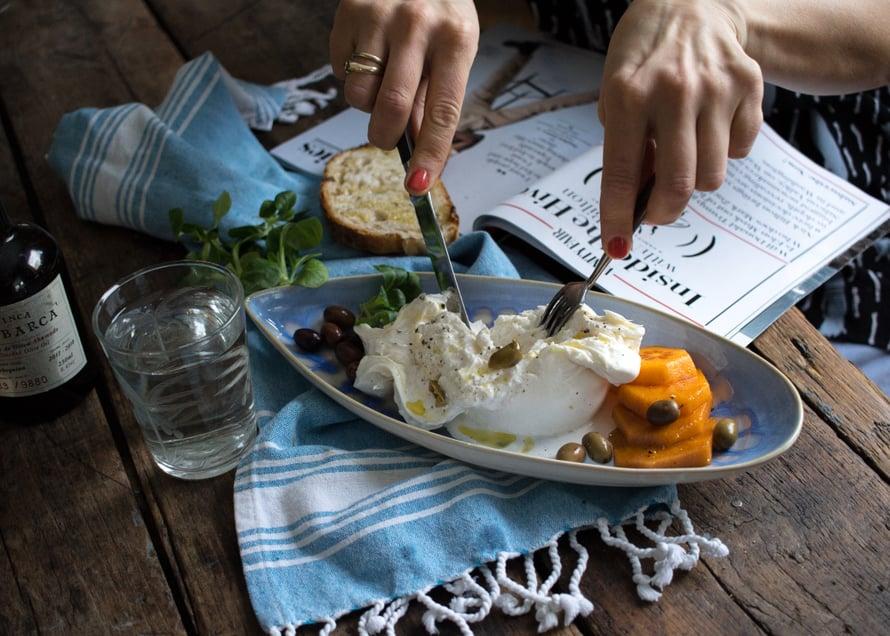Valutin burratalle hyvää oliiviöljyä ja rouhin päälle vähän mustapippuria. Sivuun persimonia ja taggiasca-oliiveja. Ja tämän fressin ruoan kanssa paras juoma on minusta raikas vesi.