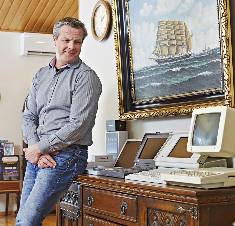 Paraatipaikalle olohuoneeseen Ari valitsi vanhoja Applen kannettavia niiden upean muotoilun takia.