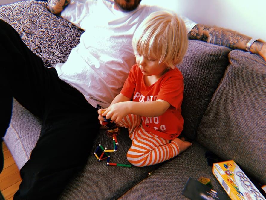 Rakentelua ja rentoilua. Apan vanhempi serkkutyttö antoi hänelle jännittävän magneettisetin, jolla rakennellessa vierähti jopa pari tuntia.