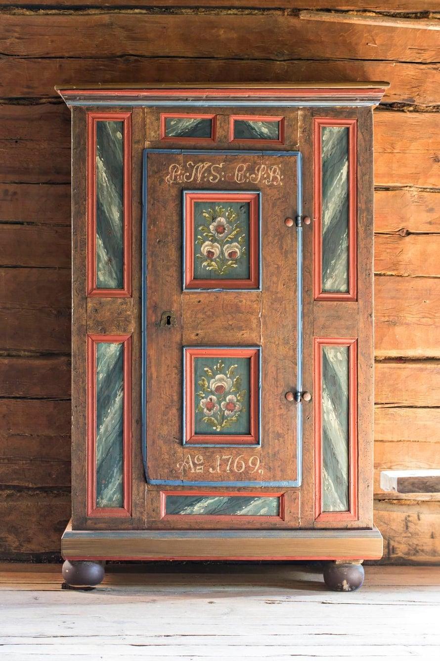 Ruotsalainen kaappi on 1800-luvulta, vaikka kaiverrus kertookin sen olevan vanhempi. Kaappi on hankittu Bukowskis Marketin kautta.