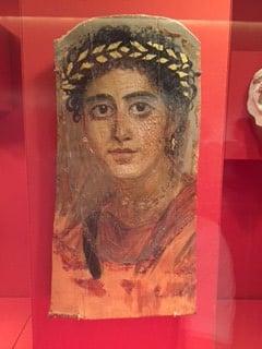 Roomalaisajan Egyptistä löytyneet maalaukset on tehty samalla vahamaalaustekniikalla puulle, kuin mitä vuokraemäntämme Roberta käyttää taiteessaan. Siinä pitää olla nopea ennen kuin kuuma vaha jäähtyy.
