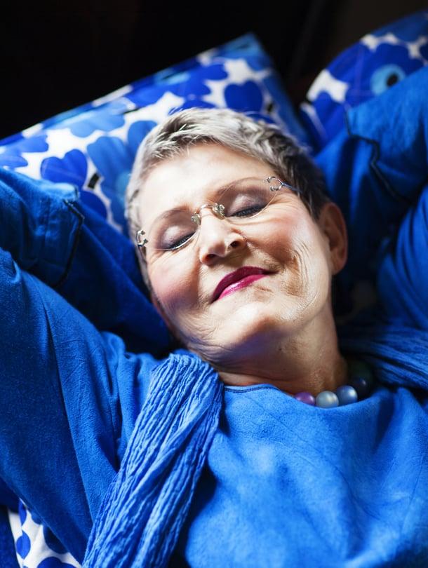 Kuvataiteilija Marleena Ansio, 68, asuu miehensä Oivan kanssa Tuusulassa. Hänellä on aikuinen poika ja kaksi lapsenlasta. Hän on julkaissut  30 runo- ja aforismikirjaa ja kuvittanut yli 3000 postikorttia. Heebenin sininen mekko on kotimainen.