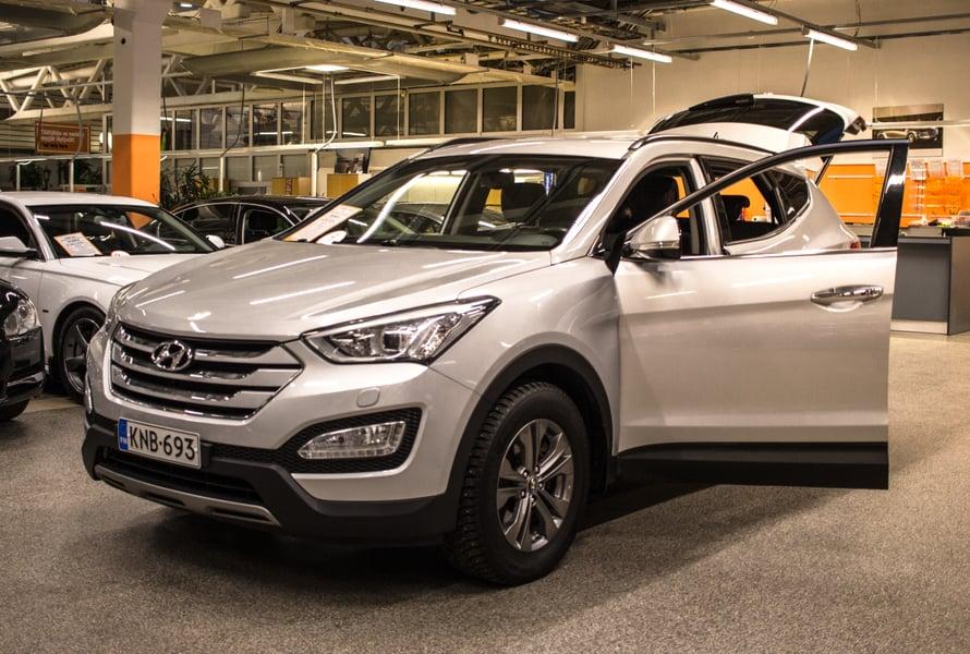 Hyundai pisti ensimmäisenä silmään. Merkki on tuttu autovuokraamosta ja olen pitänyt sen väännöstä ja ajotyylistä. Tämä malli on Santa Fe, Di nelivetomaasturi, jolla on ajettu 155t Km.