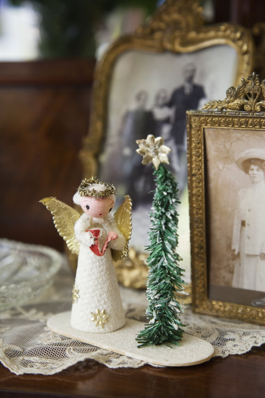 """Mikon lapsuuden joulupuussa oli samanlainen enkeli. """"Vuosien aikana siltä katosivat hiukset, siivet ja pää. Lopulta jäljellä oli pelkkä mekko, mutta silti se oli rakkain."""""""