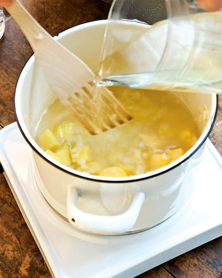Lisää kalaliemi, maustepippurit ja tarvittaessa suolaa. Anna keiton kiehua hiljakseen, kunnes perunat ovat kypsiä.