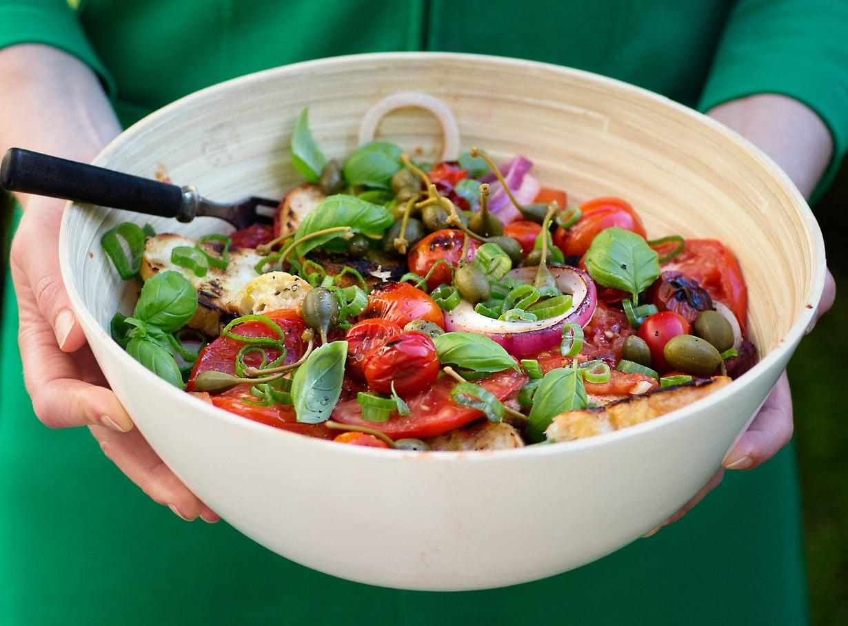 Tomaatin, sipulin ja basilikan liitto toimii aina.