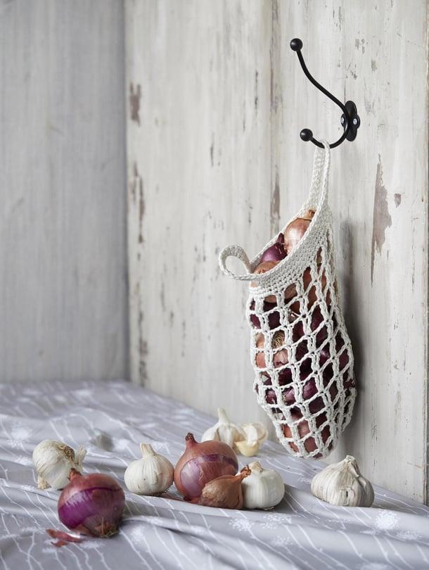 Pussin kokoa voi muuttaa vaihtamalla langan ja koukun ohuempaan tai paksumpaan.   Sanna Kallio Collectionin Lea-kangas, Spoonflower.