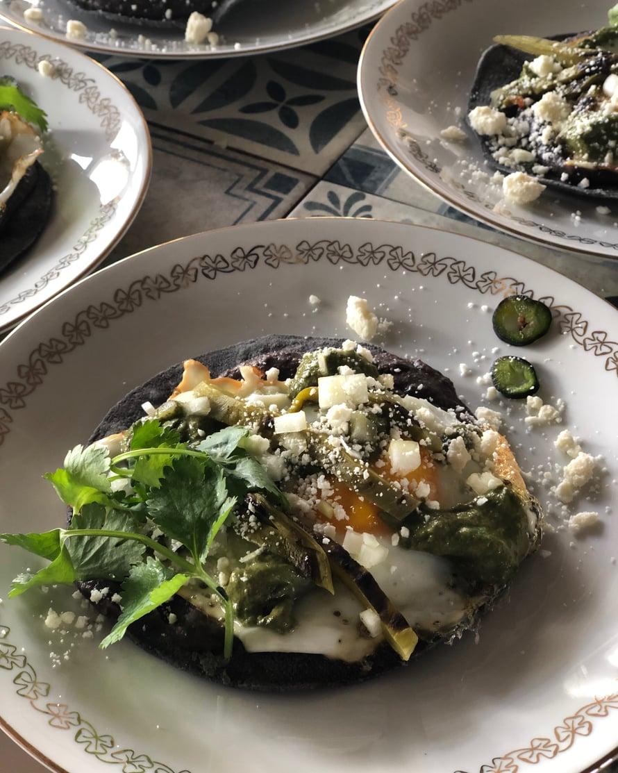 Mustapapumuhennos maistuu myös viikonloppuna aamiaisella paistetun kananmunan kera, kuten vaikka aamiaistacoissa, joita tein hiljattain asiakkaillebrunssikeikalla: papumuhennosta, paistettua kananmunaa, nokkossalsaa, meksikolaista juustoa ja tuoreita yrttejä.