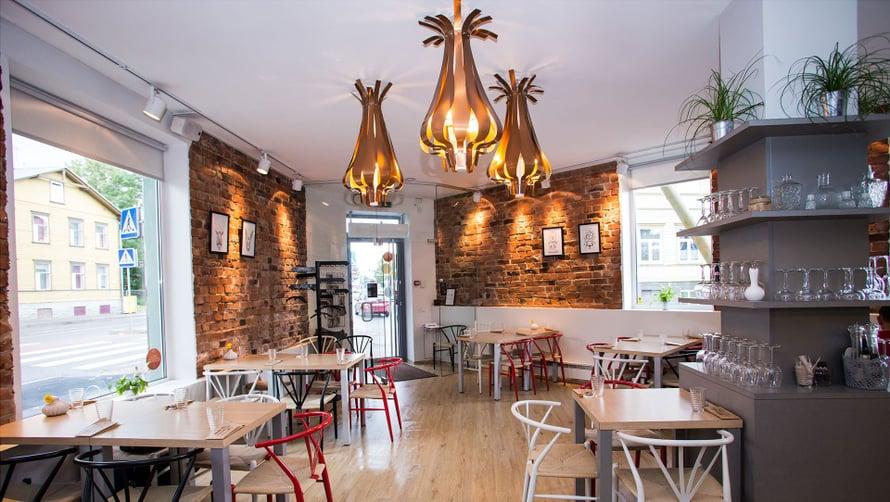 Paikallisten suosio on hyvä merkki. Kolm Sibulat -ravintolassa ruoka on hyvää ja mutkatonta.