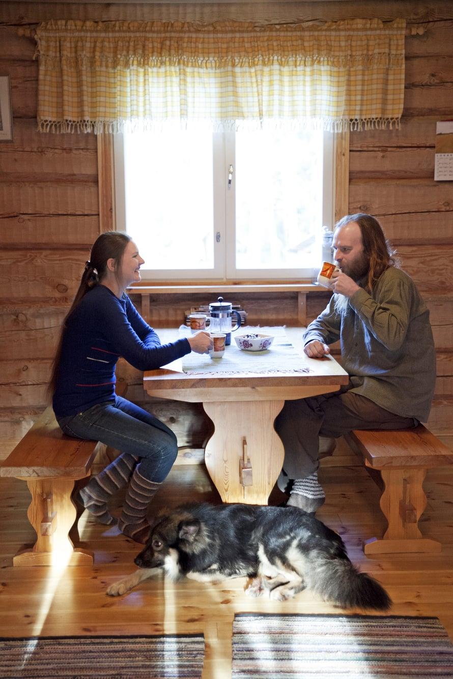 Markus Lahden ja Hanna Viinamäen hirsitalo on kalustettu vanhan ajan hengessä. Tupa lämpenee oman metsän puilla. Tuisku-koira on osa perhettä.