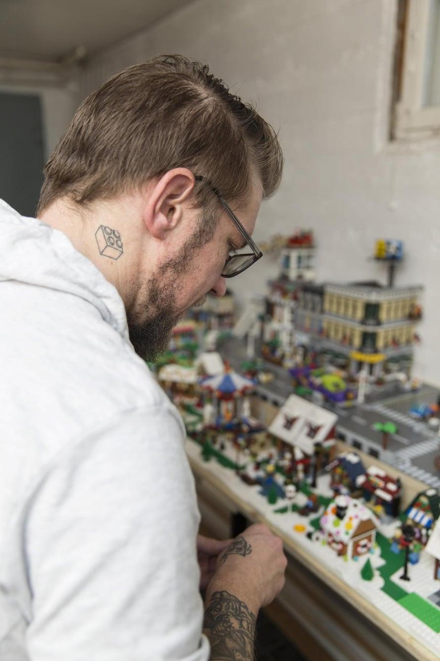 Peterillä on kaulassaan Lego-palikkatatuointi, jonka avulla löytyy helposti puheenaiheita ja paljastuu muita harrastajia.