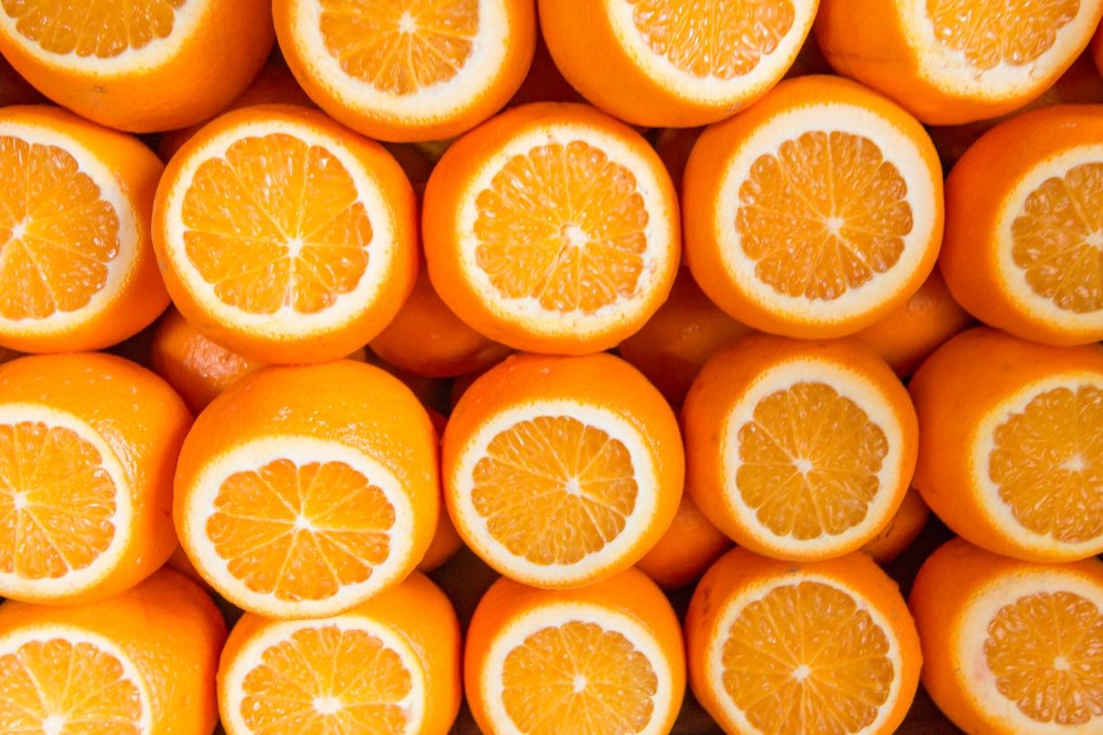 Mitä painavampi appelsiini, sitä mehukkaampi se yleensä on. Maukkaimpia ovat pienet ja keskisuuret hedelmät.