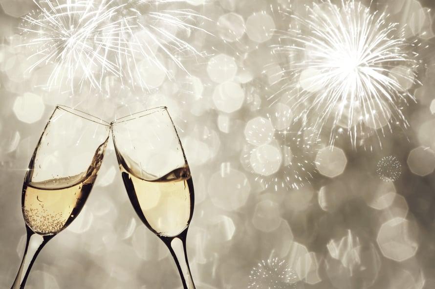 Hyvää uutta vuotta! Maljan nosto on perinteistä kesyimpiä.