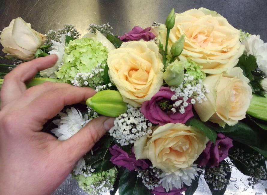 Kun Anu-Maarit tekee asiakkaalle kukkakimpun, he keskustelevat yhdessä, kenelle kimppu tulee: millaiselle ihmiselle, miksi, mitkä ovat hänen lempivärejään?