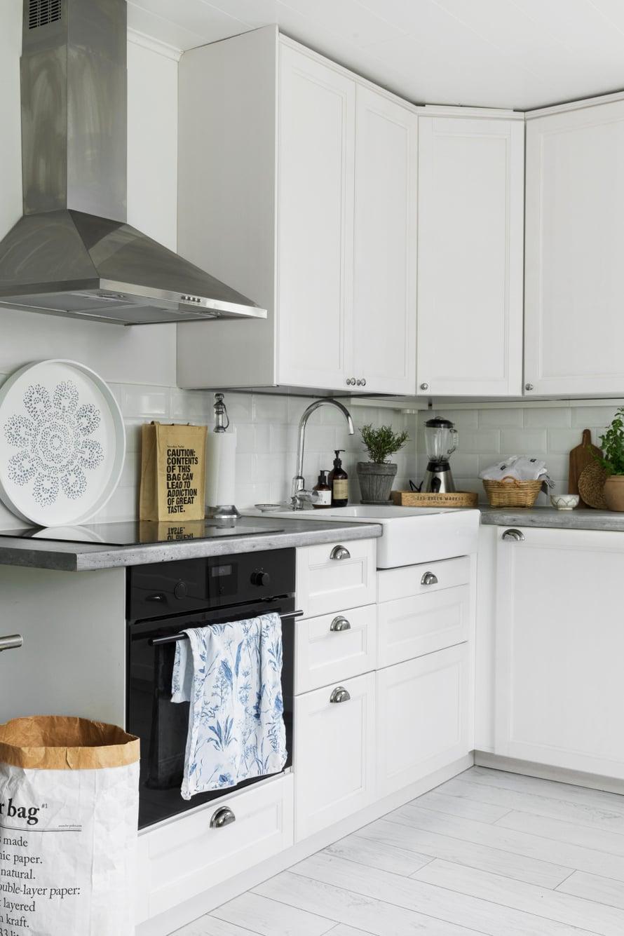 Uusitun  keittiön  klassinen  tyyli sopii  somasti  vanhaan  puutaloon.